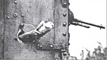 Британский танкист выпускает почтового голубя через бойницу в двери спонсона. Для танковых частей голубиная почта оказалась наименее пригодной.