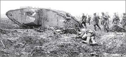 Тяжелый танк Mk III «самка» (с пулеметами «Льюис» в спонсонах и со шпорами-«уширителями» траков на гусеничных цепях) идет в бой вместе с канадской пехотой, апрель 1917г.