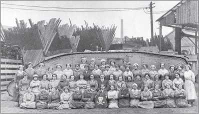 Работницы завода «Уильям Фостер энд Компани» в Линкольне на фоне нового танка Mk IV. Заметим флаг на переднем плане — работницы не отказали себе в удовольствии пошутить.