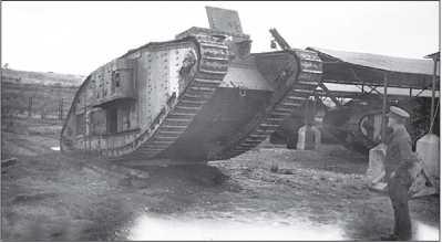 Тяжелый танк Mk IV «самка» в парке (видимо, после ремонта). Обратим внимание на танк с крановой стрелой на заднем плане.