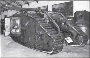 Вид сзади на спонсон танка Mk IV «самец». Дверь спонсона открыта. Танк оснащен направляющими и балкой для самовытаскивания.