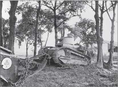 Систему опознавательных знаков, принятую в конце Первой мировой войны, французские танкисты сохраняли до начала Второй мировой. На значке этого танка «Рено» FT из состава 29-го танкового полка (4-й взвод 1-й роты) указан и номер танка в подразделении. Снимок сделан в мае 1940г. Обратим внимание также на камуфляж танков в виде широких волнистых продольных желто-зелено-коричневых полос, а также на буксирное приспособление на «хвосте» танка.