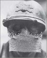 «Защитное снаряжение» для головы и лица танкиста — каска Адриана и защитная маска с кольчужной «бородой».