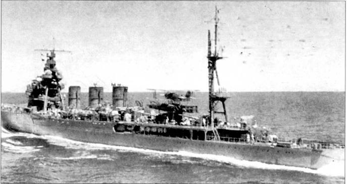 Легкий кpейcep «Абукума» на полном ходу держит курс на Гавайские острова, 7 декабря 1941г. На катапульте корабля установлен гидросамолет тип 94 в варианте со звездообразным двигателем воздушного охлаждения.