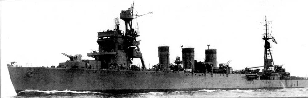 Модернизированный крейсер «Исудзу» на ходовых испытаниях в Токийском заливе, 14 сентября 1944г. Корабль переоборудован в крейсер ПВО. В таком виде «Исузу» стал флагманским кораблем 31-й эскадры, которая обеспечивала противолодочную оборону японского флота. На крыше носовой надстройки смонтирована антенна радиолокатора обзора воздушного пространства. Главный калибр крейсера после модернизации составляли универсальные орудия калибра 127 мм. Вместо старых 530-мм двухтрубных <a href='https://arsenal-info.ru/b/book/3977928548/11' target='_self'>торпедных аппаратов</a> установлены новейшие четырехтрубные торпедные аппараты калибра 610 мм.