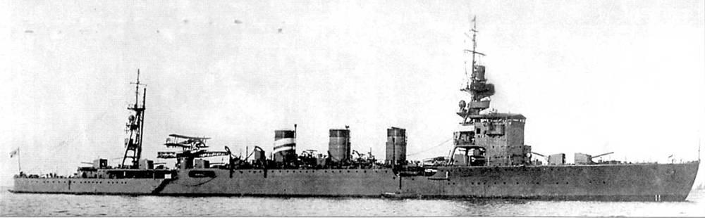 Легкий крейсер «Юра», снимок 1937г. Катапульта установлена выше двух полубашен главного калибра. На катапульте — гидросамолет Каваниши Е7К1.