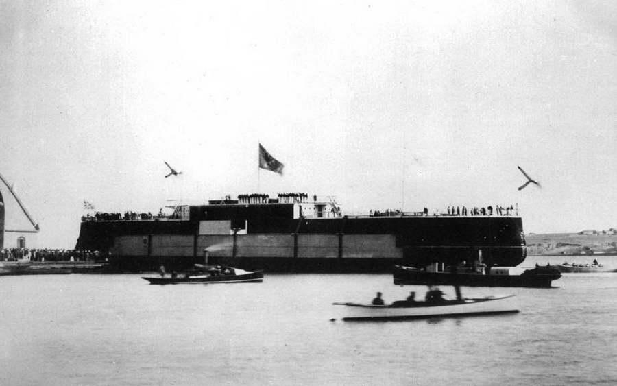 """Корпус броненосца """"Двенадцать Апостолов"""" после спуска на воду. Сентябрь 1890 г."""