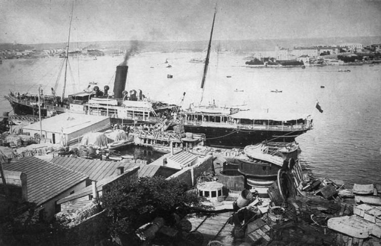 """Савастополь 1910-е годы. На переднем плане и справа видны снятые с """"Двенадцати Апостолов'' части мостика с ходовой рубкой и столы барбетных установок"""