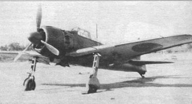 Истребитель A6M5 модель 52 оснащался бомбодержателями для подвески бомб массой 30 и 60 кг. Держатели монтировались под крылом, по одному под каждой плоскостью, с внешней стороны от стоек шасси. Обратите внимание – на темно-зеленый цвет носка крыла.