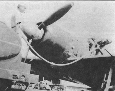 Заправка горючим истребителя A6M5 модель 52 из 221-го кокутай, авиабаза Касанохара. Кок винта – полированный металл. Лопасти воздушного винта окрашены в темпокоричневый цвет, ближе к законцовкам лопастей нанесены полосы желто-оранжевого цвета шириной 50 мм.