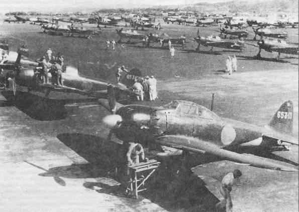Самолеты из 653-го кокутай, это было смешанное подразделение, на вооружении которого состояли разведчики и истребители. Летом 1944 г. кокутай базировался в Оита. Па переднем плане – самолет с бортовым кодом «653-111», «Зеро» модель 52. Па нем летал пилот морской авиации Ю. Фудзи. На заднем плане можно разобрать самолеты B2.V2 «Кейт», G4XI2 «Бетти», К1-67 «Пиггии, L2D2 «Тибби».