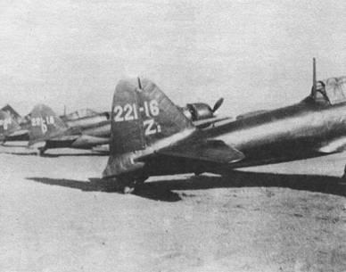 Истребители «Зеро» модель 524 из 221-го кокутай, авиабаза Касанохара, весна 1944 г. Два самолета на заднем плане имеют на килях английскую букву «D», они принадлежат 407-му кокутай. Что обозначает «Zi» на киле «Зеро» на переднем плане неизвестно.