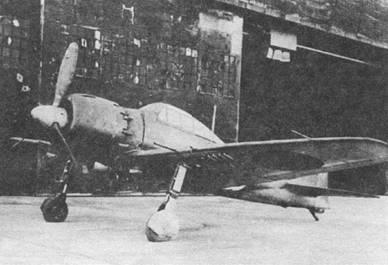 A6M7 модель 53 – первый истребитель-бомбардировщик в семействе «Зеро». Под крылом видны держатели для бомб или топливных баков. Серийный выпуск самолетов данной модификации начался в мае 1945 г. В конце мая они появились на фронте.