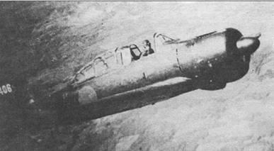 Налеты американской авиации на Японию в последние дни войны резко усилились. В этот период японские учебно-тренировочные истребители перекрасили из серого в темно-зеленый цвет, хиномару на фюзеляже получили белую обводку. На снимке – A6M2-К с бортовым кодом «312-406» из 312-го кокутай в тренировочном полете над плато Конто, апрель 1945 г.