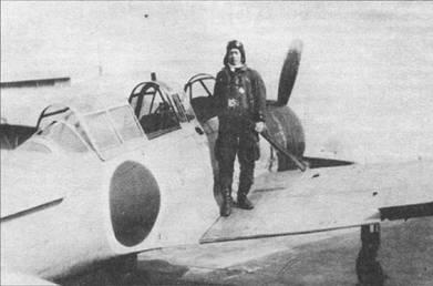 Для улучшения путевой устойчивости по бортам фюзеляжа A6M2-К были смонтированы узкие и длинные кили. На снимке – самолет из Цуккуба кокутай, машина целиком окрашена в оранжевый цвет, капот двигателя – черный.