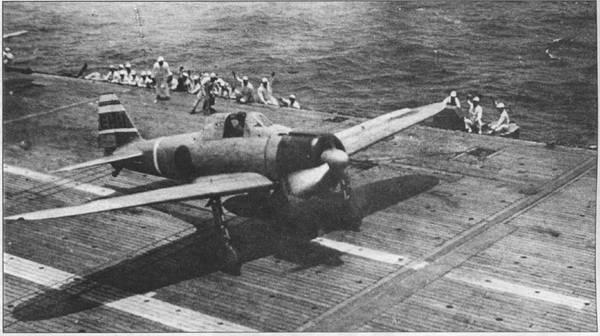 Лейтенант Хайдеки Шинго готов к взлету во главе звена «Зеро» с деревянного настила палубы авианосца «Сёкаку». Белые горизонтальные полосы с красной окантовкой на вертикальном оперении A6M2 – отличительный признак самолета командира иена. Код «ЕI-111» – красный.