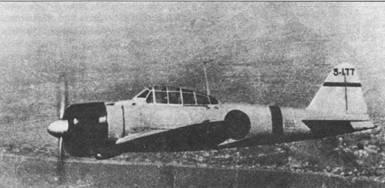 Истребитель A6M2 модель II с бортовым номером «3-177» из 12-го кокутай в полете над Ханькоу. Полосы на вертикальном оперении и фюзеляже – красные, голубые или желтые. Цвет полосы обозначает звено.