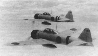 Пара самолетов «модель 11» из 12-го кокутай в полете над Китаем, 26 мая 1941 г. Самолет с бортовым номером «3-136» пилотирует летчик авиаиии ВМС Кунимори Накакария (16 побед), в кабине истребителя борт «3-141» командир звена лейтенант Мирору Сузуки. Самолет «3-136» – один из самых первых истребителей «модель 11». Начиная с 47-й машины, панель на фонаре кабины за мачтой радиоантенны стала более короткой.