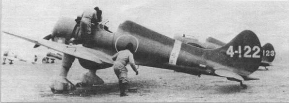 Истребитель палубного базирования A5М Тип 96 был разработан конструктором Дзюро Хорикоши, у американцев этот самолет получил наименование «Клод». Маленький истребитель был основным в авиации ВМС Японии до появления «Зеро». На снимке – А5М2а из 13 Кокутай, Китай. Верхние поверхности самолета камуфлированы темно-зеленой и коричневой красками, низ – светло-серый. Полоса вокруг фюзеляжа и номер на вертикальном оперении – белые. Каплеобразный выступ на нижней поверхности фюзеляжа между основными опорами шасси – дополнительный топливный бак раннего образца.