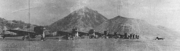 «Зеро» модель 21 из авиагруппы авианосца «Дзюйкаку», Рабаул, 1943 г. Палубная авиация обеспечивала прикрытие с воздуха эвакуации японских войск с Гуадалканала. Фюзеляжи всех истребителей промаркированы белыми полосами с красными окинтопками. Ранее самолеты с «Дзюйкаку» идентифицировались по двум полосам белого цвета, нанесенным вокруг фюзеляжа.