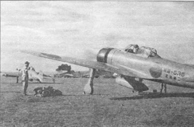 Самолеты из Тайнан Накутай, Рабаул, лето 1942 г. 9 декабря 1941 г., ни следующий день после удара по Перл-Харбору, самолеты из Тайнан Накутай прошли вместе с бомбардировщиками 1125 миль от Формозы до Филипин. Вместе с бомбардировщиками истребители атаковали американскую авиабазу Кларк, на которой было уничтожено порядка 65 самолетов. Иероглифы на борту самолета являются верным признаком того, что машина построена на деньги гражданской организации. Обратите внимание па отсутствие мачт радиоантенн на обоих «Зеро».