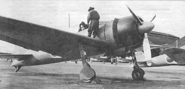 «Зеро» модель 21 (I-HA-109) из Ивакуни кокутай. На створке основной опоры шасси видна иифра «9» (последняя цифра бортового кода), она также продублирована на воздухозаборнике карбюратора. На воздушный винт установлен кок большого размера, внедренный па A6M3, однако такие коки ставились и на A6M2 модель 21.