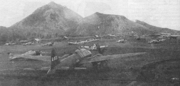 Летное поле аэродрома Рабаул-Восток уставлено истребителями «Зеро» модель 32 из 2-го Кокутай, август 1942 г. На переднем плане – бомбардировщик G4M (Q-901), который использовался во 2-м кокутае как транспортный.