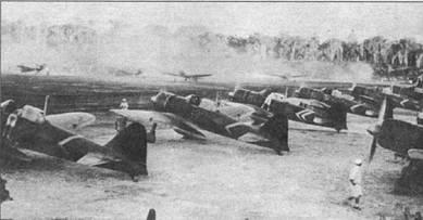 A6M3 модель 22 из 1-го коку сентай с авианосца «Дзуйкаку», Рабаул, ноябрь 1942 г. Два шеврона борту одного из «Зеро» – отличительный знак самолета командира истребителей из авиагруппы «Дзюйкаку». Маркировка вертикального оперения самолетов заретуширована по соображениям военной цензуры.