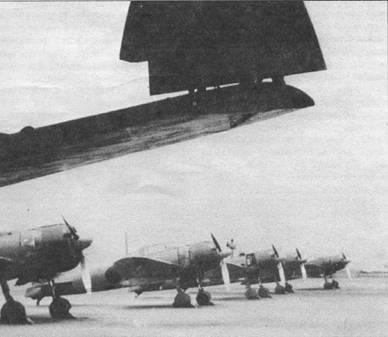 Линейка «Зеро» модель 22 из Ивакуни кокутай. На переднем плане – крыло с заваленной законцовкой еще одного истребителя «Зеро» модель 22.