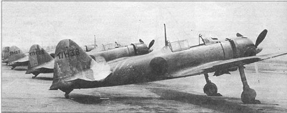 Истребители «Зеро» модель 22 из Ивакуни Кокутай, самолеты целиком окрашены в светло-серый цвет. В нижней части рулей направления можно различить триммеры увеличенной площади.