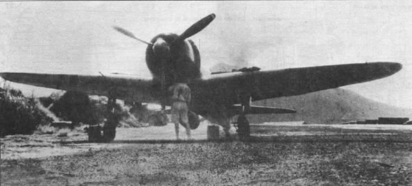 A6M3 модель 22а, вооруженный длинноствольной 20-мм пушкой, Рабаул. На заднем плане – дымящийся вулкан.