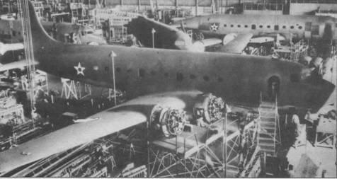 Сборка С-54 на заводе в Санта-Монике, 1942г.