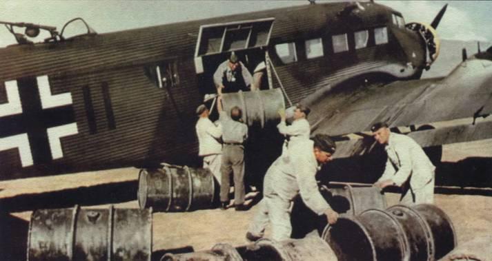 Погрузка бочек с горючим в транспортный самолет Юнкерс Ju 52/Зт на одном из аэродромов Сицилии, 1943г.