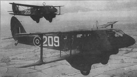 Два «Домини» I, принадлежавших 2-й школе радистов британских ВВС, 1943г. Учебные машины отличались большими кольцевыми антеннами над фюзеляжем