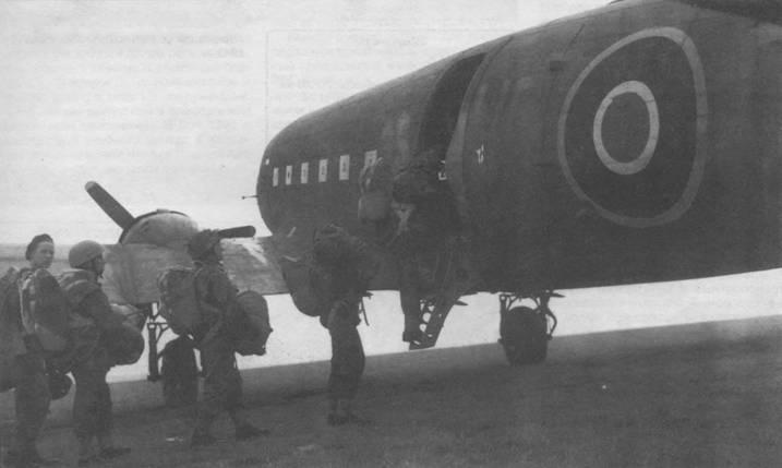 Британские парашютисты грузятся в «Дакоту» 512-й эскадрильи перед высадкой в Нормандии, 1944г.