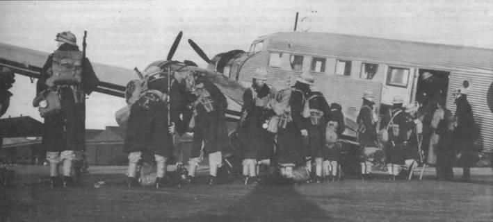 Южноафриканские пехотинцы грузятся в один из «юнкерсов» 50-й транспортной эскадрильи, аэродром Зварткоп.