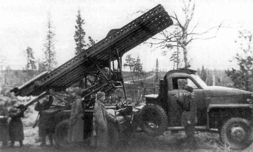 Расчет установки БМ-13Н готовит машину к бою. Осень 1944 года