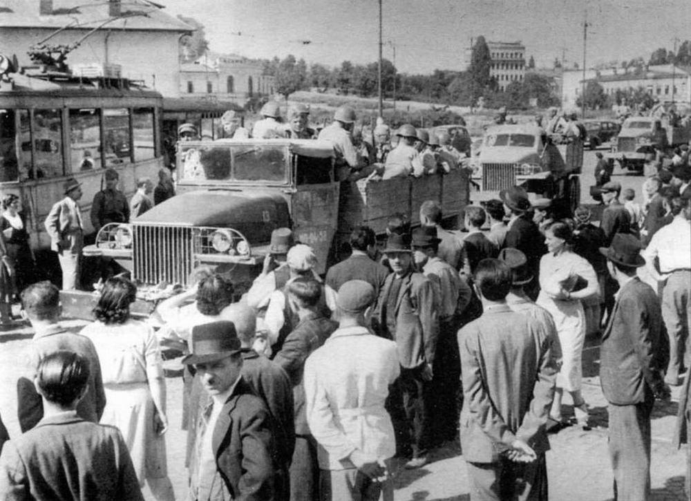 Автомобили «Студебекер» US6 с красноармейцами проезжают по улице Бухареста. 1944 год. На переднем плане — автомобиль с открытой кабиной и лебедкой