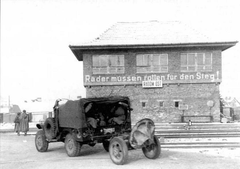 Части Красной Армии вступают в польский город Радом. 1945 год. Автомобиль «Додж 3/4» буксирует 120-мм миномет