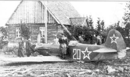 Як-9У, севший на брюхо на одной из деревенских улиц. Самолет несет зеленый камуфляж.