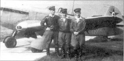 Венгерские пилоты позируют на фоне Яка-9П (05–39). Все венгерские Яки несли светло-серо-голубой камуфляж. Тактический номер (17) сделан красной краской. На хвостовом оперении символ государственной принадлежности самолета. Венгрия получила 120 Яков-9П. Як-9П оставался на вооружении венгерских ВВС до 1954 года, когда его заменил МиГ-15.