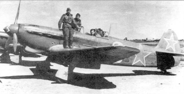 Двенадцать Яков-9ДД из 97-й бомбардировочной группы, Фодджа, Италия. Промежуточная заправка дала возможность этим истребителям летать на сверхдальние расстояния. Як-9ДД (дальний, дистанционный) и без того имел дальность полета 2100км. внешне Як-9ДД невозможно отличить от обычного Як-9Д. Эти самолеты входят в состав 236-й ИАД. В задачу группы входило снабжение партизан Тито. Обратите внимание, что звезды нанесены не только на киле и фюзеляже, но и на коке винта, и даже на створках шасси.