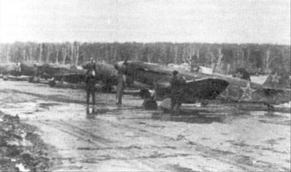 Як-9 (тактический номер 35), Дубровка, район Смоленски, май 1944 годи. Растаявший снег превратил ВПП в грязную лужу. Сине-бело-красный обтекатель втулки говорит о том, что самолет принадлежит полку «Нормандия-Неман». Французские добровольцы летали на Як-9, Як-9Д и Як-9Т-37.