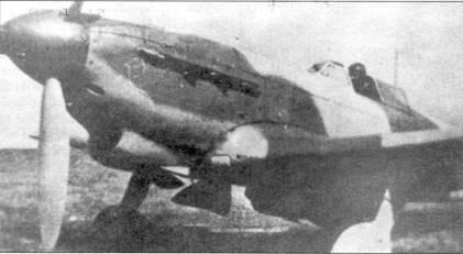 Як-9 в необычном камуфляже. Точно определить цвета невозможно, предположительно это белый, зеленый и светло-серый. Обтекатель втулки красный, пропеллер не окрашен. Воздухозаборник у основания крыла закрыт.