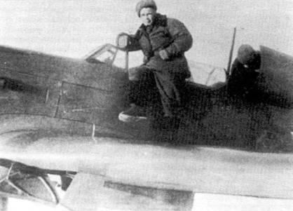 Советский летчик позирует на крыле своего Як-9. Отделение за кабиной типичная особенность «тяжелых» истребителей. Як-1М и Як-3 такого отделения не имели.