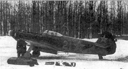 Механики проверяют двигатель, район Тулы, 1943 год. Климовский М-105ПФ оказался очень надежным двигателем и с легкостью пускался даже в мороз, чем выгодно отличался от хрупких моторов ленд-лизовских самолетов.