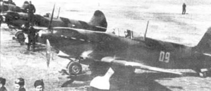 Впервые ни фронте Як-9 появился в ноябре 1942 года. Самолет на переднем плане — Як-9 раннего выпуска с крылом от Яка-7 и бронеспинкой. Поздние Яки-9, выпущенные в 1943 году, отличались новым обтекателем втулки, основанием крыла с улучшенной аэродинамикой и новыми воздухозаборниками для карбюратора.