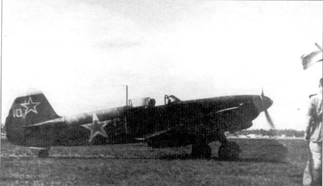 Як-9М с интересными обозначениями. Белая полоса на хвосте, возможно идентификационный знак части, как и номер десять на руле. Тактический номер — 21.