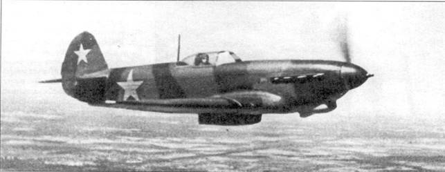 Як-9Т с полностью открытыми заслонками радиаторов, вероятно, сфотографирован во время перелети в боевую часть.