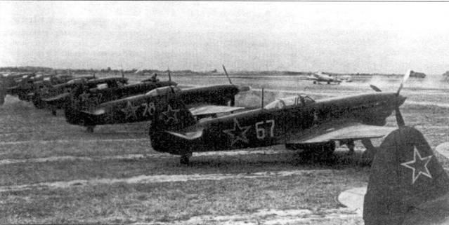 Ряд Як-9Т стоящих на краю летного поля. Такое размещение самолетов говорит либо об отсутствии угрозы со стороны противника, либо о бесстрашии командиров.